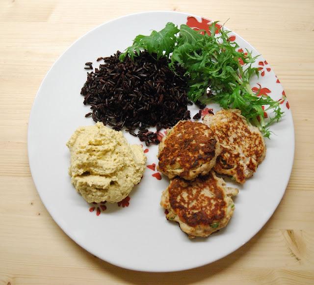 Boulettes de thon, houmous, riz noir