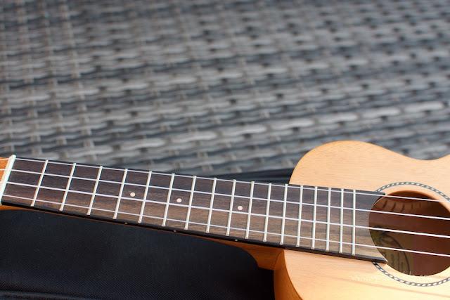 Kaka KUS-25D Soprano Ukulele fingerboard