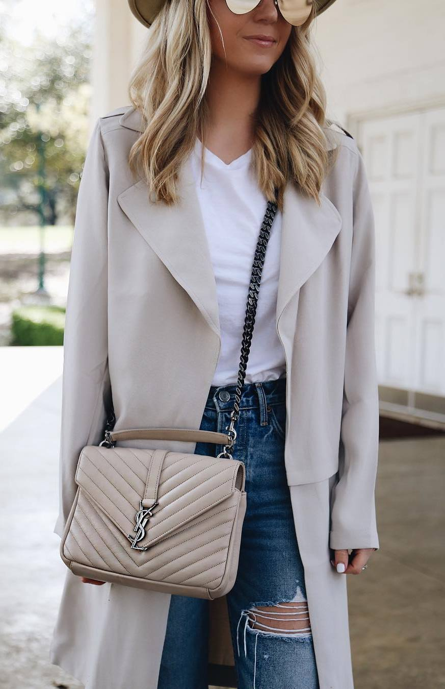 what to wear with a beige trench coat : hat + white top + bag + rips