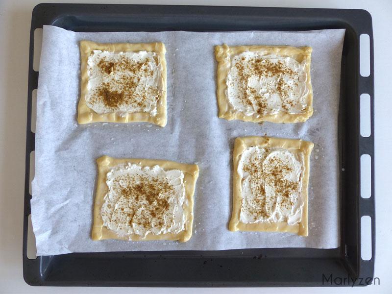 Etalez du fromage et saupoudrez de cumin.