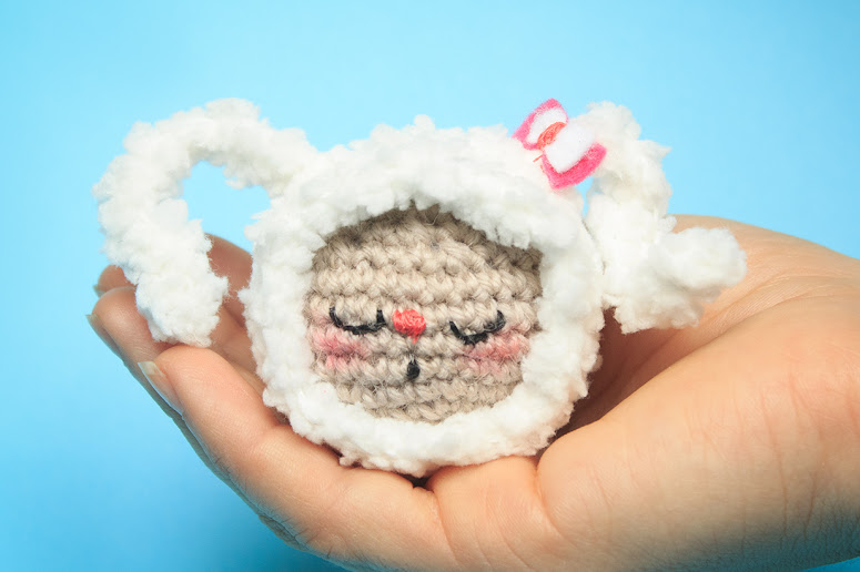 This kawaii amigurumi bunny is real easy to crochet. It is based on the sphere shape and is suitable for amigurumi beginners.