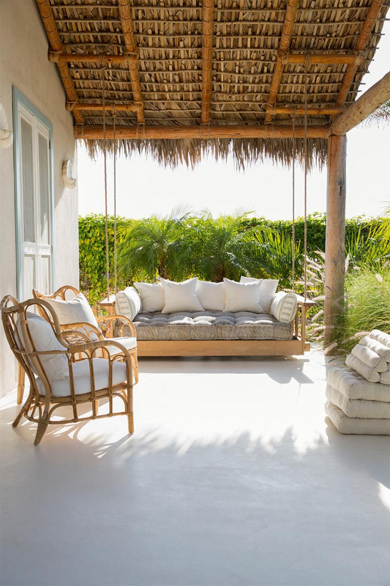 Terraza rústica con muebles de jardín de madera