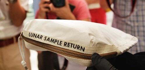 13jul2017   bolsa usada pelo astronauta neil armstrong para recolher poeira lunar e pedras durante a primeira viagem do homem na lua 1500027625019 615x300 - Bolsa com poeira lunar é vendida por 1,8 milhões de dólares.