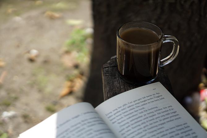 Meluangkan waktu membaca novel Akar