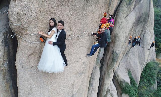 Китайські молодята позують для весільних фотографій на скелях гори Чай