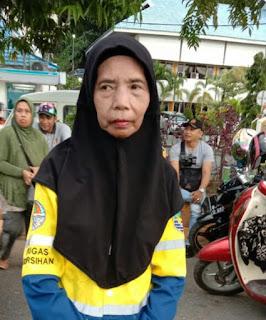 Siti Aminah: 28 Tahun Bekerja Bersihkan Jalan