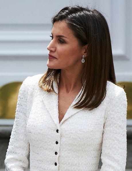 Queen Letizia wore a white Felipe Varela skirt suit, blazer and Magrit Pumps and diamond earrings. Juan Manuel Santos and María Clemencia Rodríguez