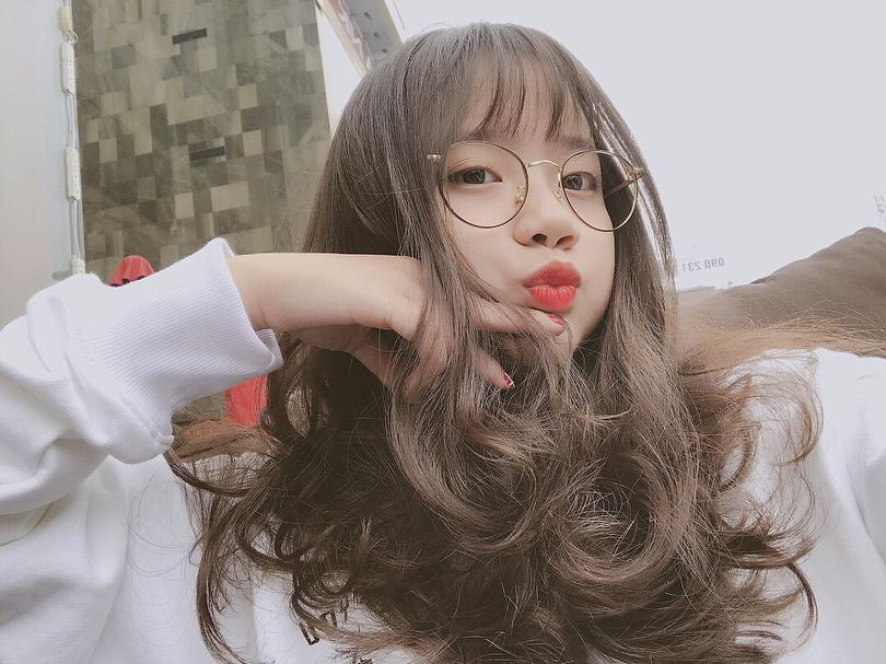 """Thiếu nữ Sài Gòn """"nổ inbox"""" xin làm quen, kết bạn vì loạt ảnh đeo kính xinh vượt mức cho phép"""