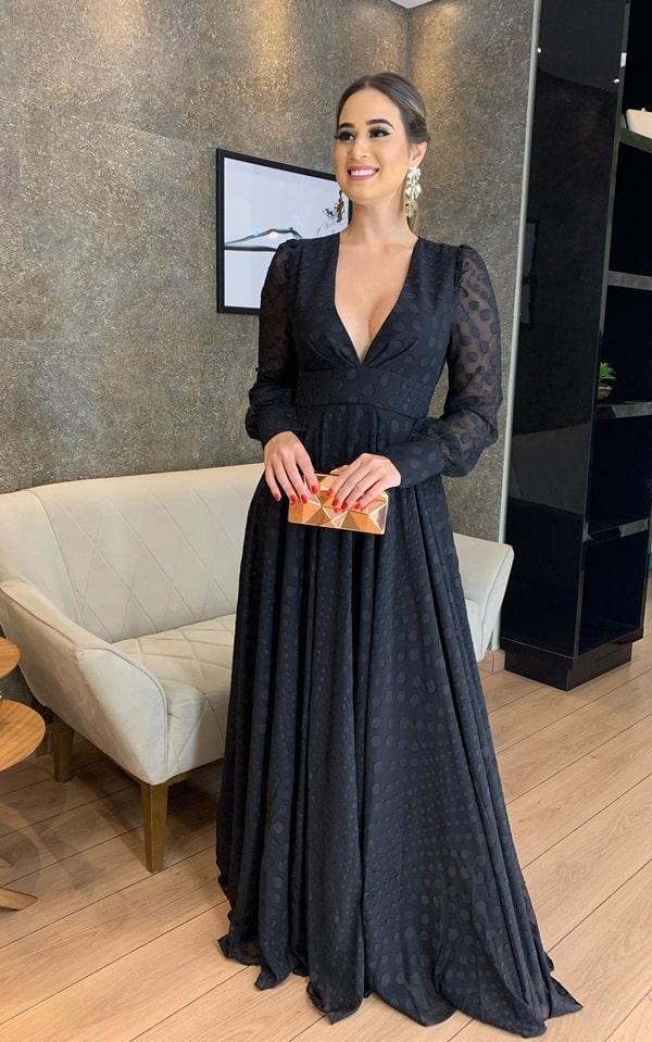 vestido de festa longo preto com estampa de poás bolinhas pretas