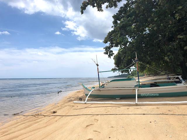 Pasir keemasan tertimpa mentari di Pantai Makalisung | © jelajahsuwanto
