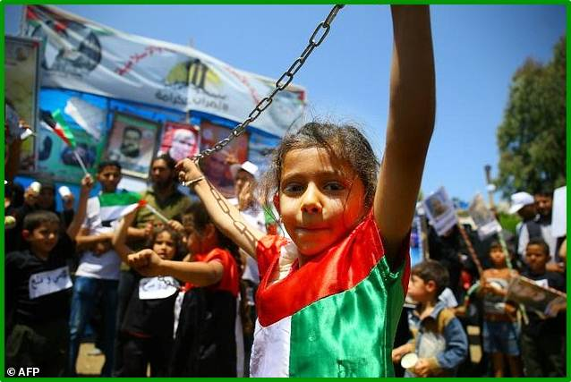 Warga Palestina mogok kerja untuk solidaritas kepada tahanan Palestina yang mogok makan di penjara - penjara Israel