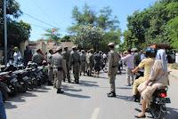 Dishub dan Sat Pol PP Tertibkan Parkir Liar Depan Kantor Disdukcapil Kabupaten Bima