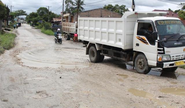 Rusak Berat, Jalan Persada Sidikalang Mirip Kubangan Kerbau
