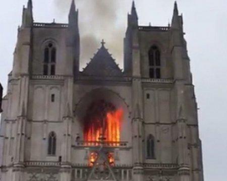 2020-й рік засмучує далі - загорівся Собор Петра і Павла