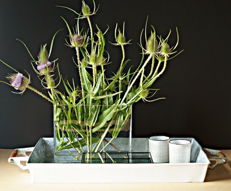 Blog + Fotografie by it's me! - Disteln in einer Glasvase auf einem dekorierten Tablett
