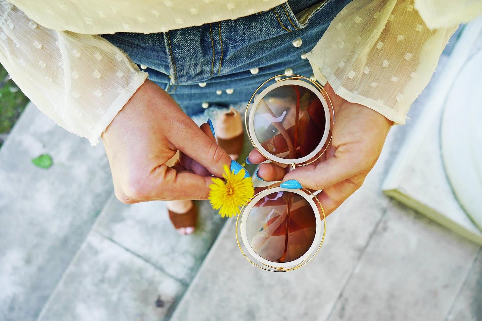 biały top jeansowa spódnica z perełkami platformy brązowe topshop torebka koszyk karyn blog modowy