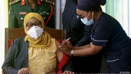 Rais wa Tanzania Mama Samia Suluhu Hassan akichanjwa kinga ya ugonjwa wa Covid-19