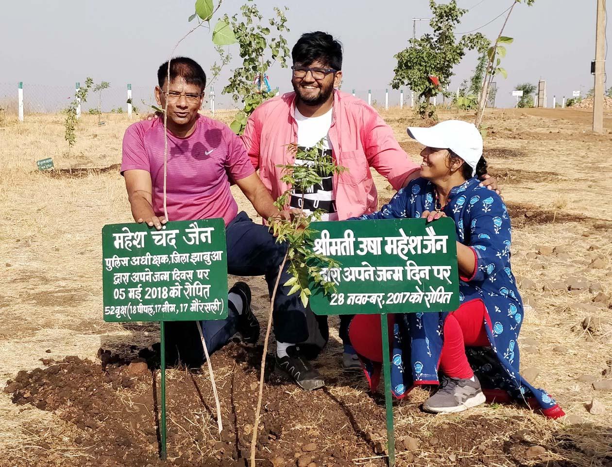 पुलिस अधीक्षक ने जन्मदिवस पर हाथीपावा पहाड़ी पर 52 पौधे लगाकर पर्यावरण संरक्षण का दिया संदेश -Jhabua-SP-planting-52-trees-on-Hathipawa-hill-on-birthday