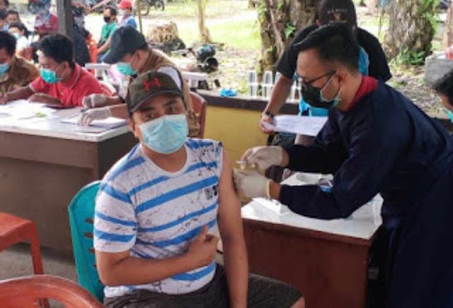 Sambut Hari Bhayangkara ke-75, Polisi dan Puskesmas Desa Harapan Makmur gelar Vaksinasi Massal