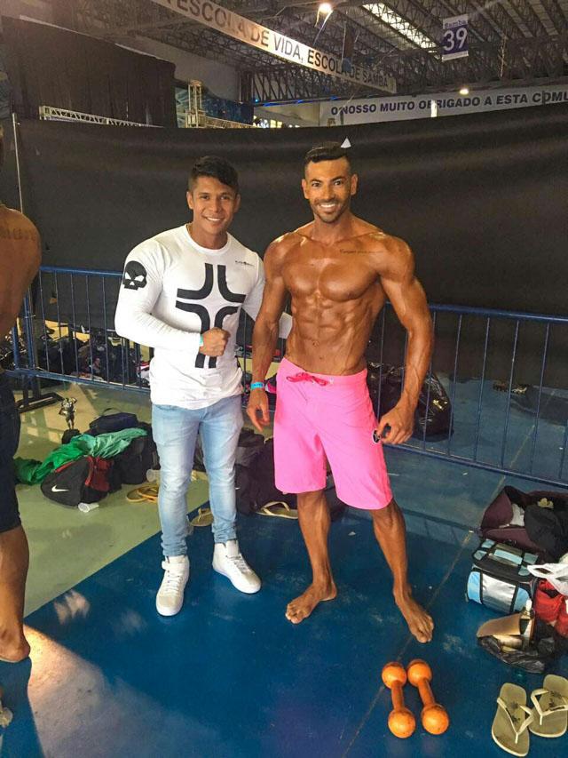 Breno Neves ao lado do atleta Anderson Alves no backstage da competição. Foto: Arquivo pessoal