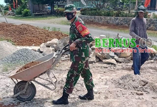 Babinsa Sertu Agus Salim Laksanakan Gotong Royong di wilayah Pekon Way Tiyas Kecamatan Bengkunat Pesisir Barat