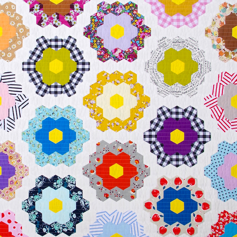 A Traditional Grandmother's Flower Garden Quilt | © Red Pepper Quilts 2020 #hexagonquilt #englishpaperpiecing