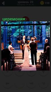 На сцене происходит церемония вручения премии мужчине и женщине