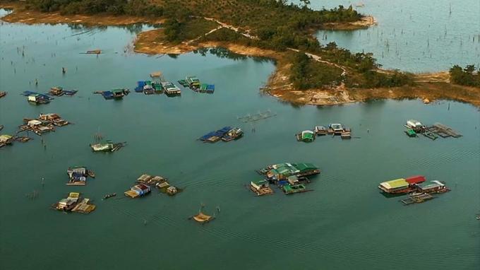 Làng chài lòng hồ thủy điện Sê San 4