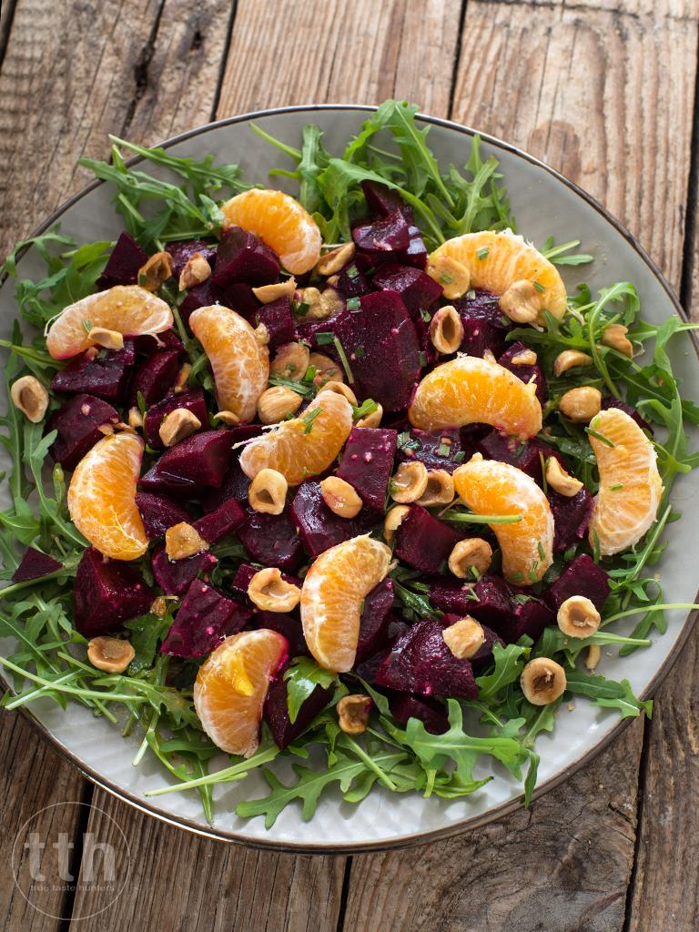 Salatka z pieczonym burakiem, mandarynka i orzechami w pomaranczowym winegret - przepis weganski, bezglutenowy