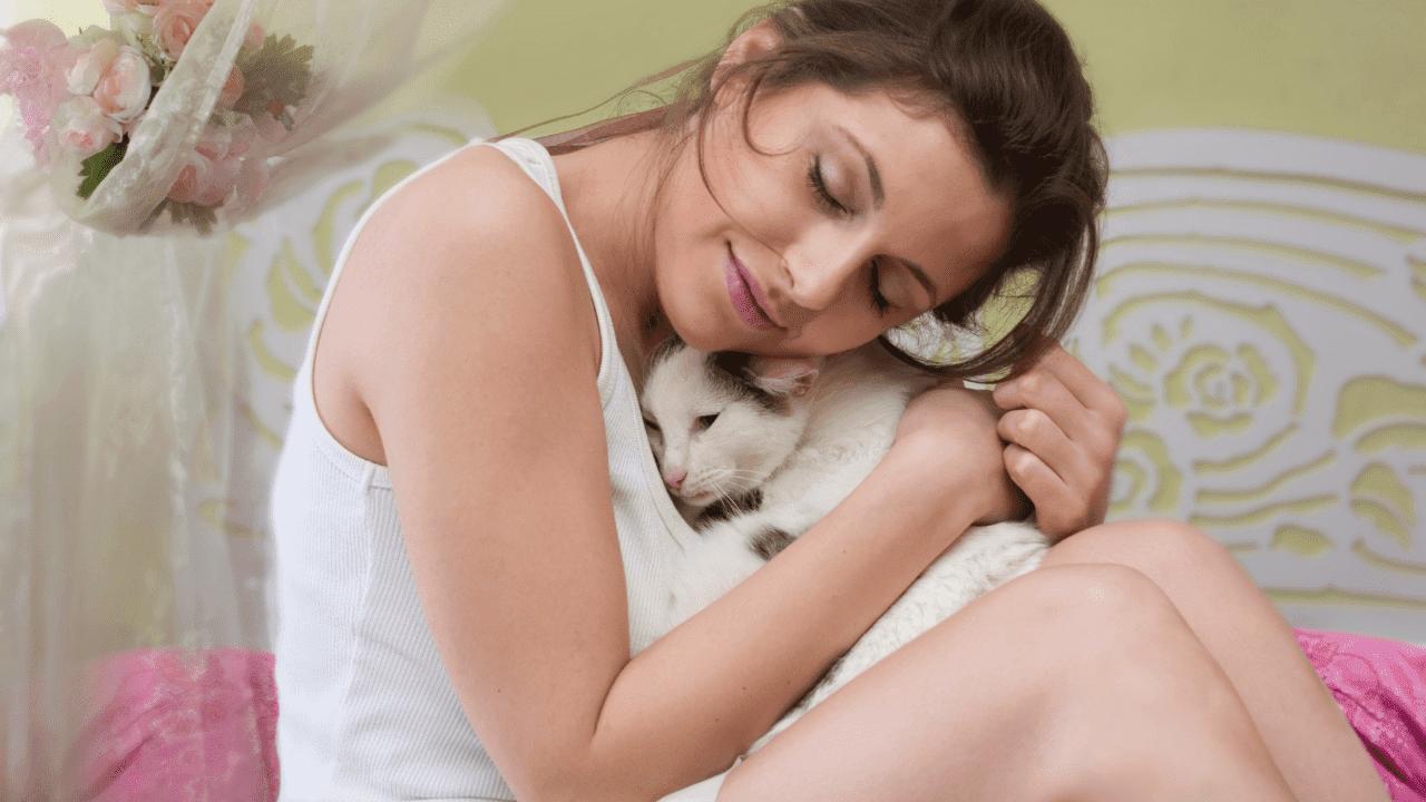 mujer abranzndo gato