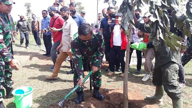 Kunjungi Posko Sektor 21 Citarum, Pangdam III/Siliwangi Tanam Pohon Baros