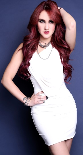 Foto de Dulce María con vestido blanco