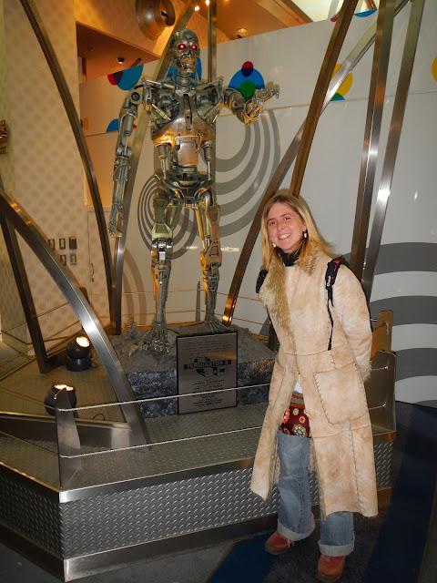 Tatiana frente a una reproducción de Terminator