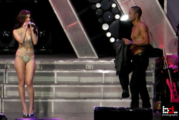 anne curtis almost naked in her araneta concert 01