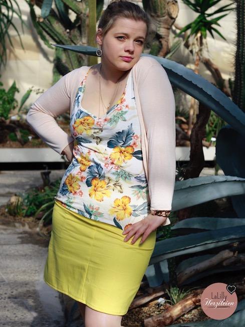 Jeansmini in gelb mit Blumentop.