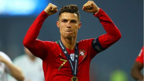 Cristiano Ronaldo Gives Gifts Portugal's U-17 Women's Team
