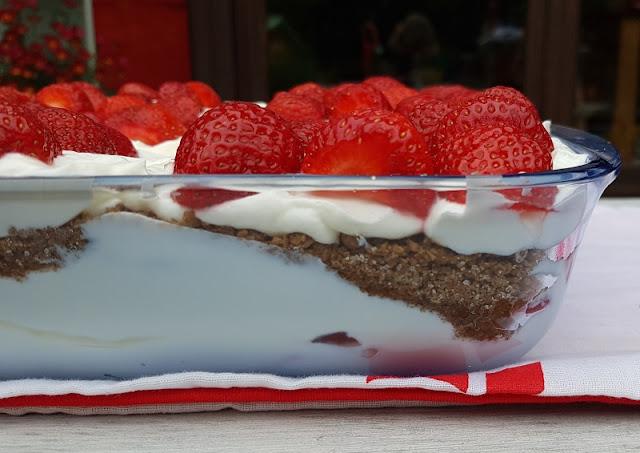 Rezept: Dänischer Erdbeer-Quark im Dannebrog-Design. Ein leckeres Schicht-Dessert mit Quark, Erdbeeren und Ymerdrys.