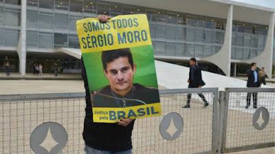 Homem com carta em apoio a Sergio Moro