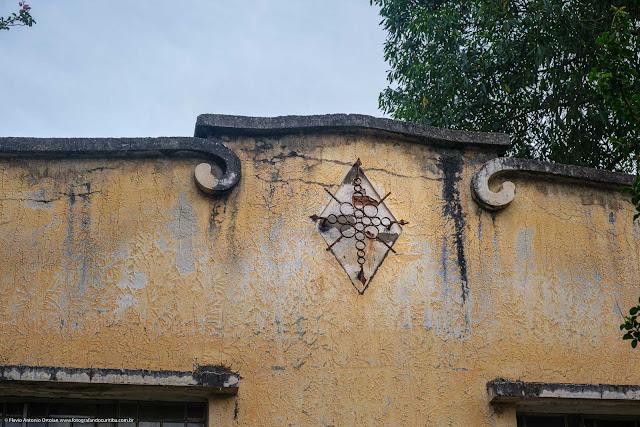 Casa com frontaria interessante - detalhe de ornamento de ferro