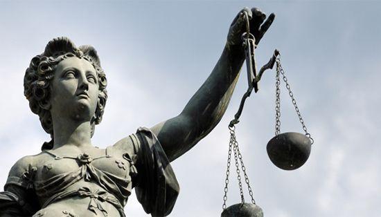 لماذا تصور العدالة ﺑﺈﻣﺮﺃﺓ ﻣﻌﺼﻮﺑﺔ ﺍﻟﻌﻴﻨﻴﻦ ﺗﺤﻤﻞ ﻣﻴﺰﺍﻧﺎً ﺑﻴﺪ ﻭﺍﻟﺴﻴﻒ ﺑﺎﻟﻴﺪ ﺍﻷﺧﺮﻯ؟؟