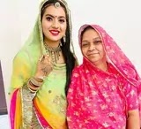 रतन चाैहान अपनी माँ के साथ