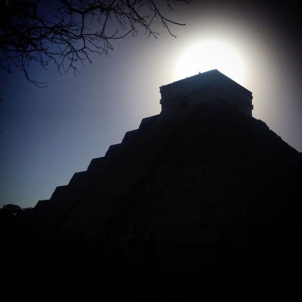 El sol sobre la pirámide de Kukulkan. Para  este guía la ciudad de Chichén Itzá no era un  montón de piedras rodeadas de selva. Según  él la ciudad había sido construida por brujos  procedentes de otra dimensión que iban y  venían a las estrellas.