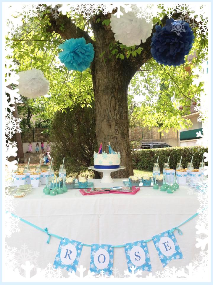 arbre decoree et table d'anniversaire avec gateau et gourmandises