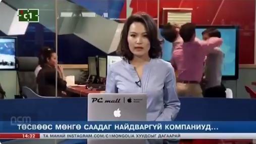 Viral, Presenter Ini Tak Sadar Karyawan Studio TV di Belakangnya Sedang Berantem