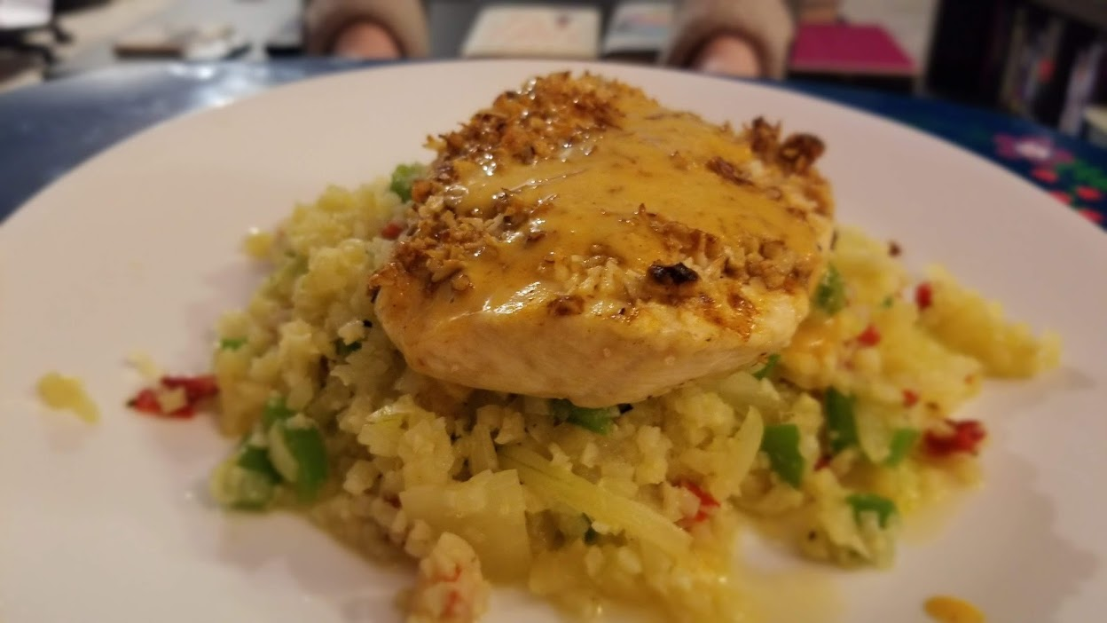Green Chef coconut & pecan-crusted chicken with red & green peppers, onions, & cauliflower rice