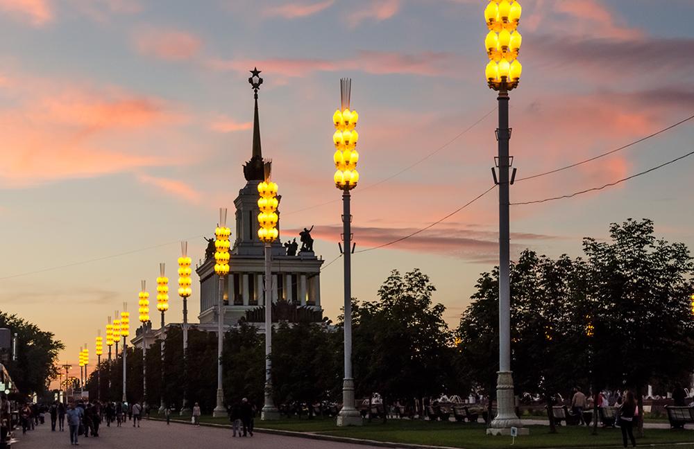Pavillon in der WDNH vor dem roten Abendhimmel
