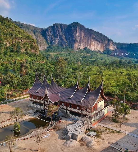 """Rumah Adat Provinsi Sumatera Barat """"Rumah Gadang"""""""
