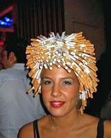 Komische Frau mit Perücke - Zigaretten Frisur lustig