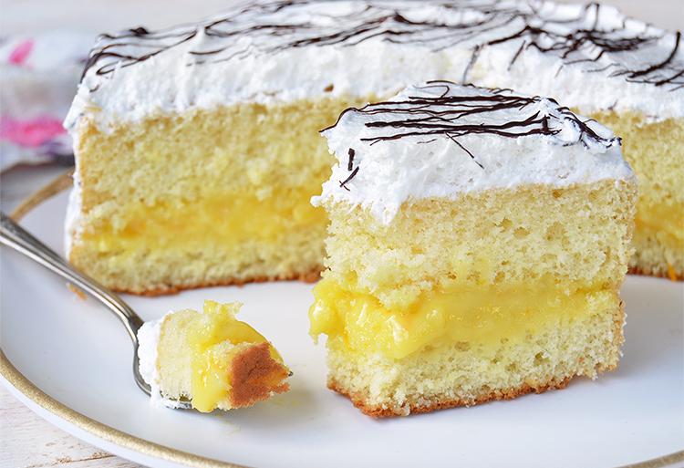 Torta bizcochuelo de vainilla con relleno de naranja y cubierta de merengue
