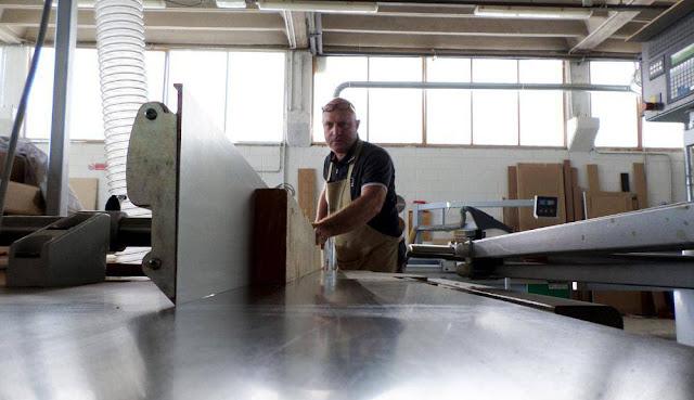 Mauro Bergo al lavoro su una pialla a filo - Fratelli Bergo.